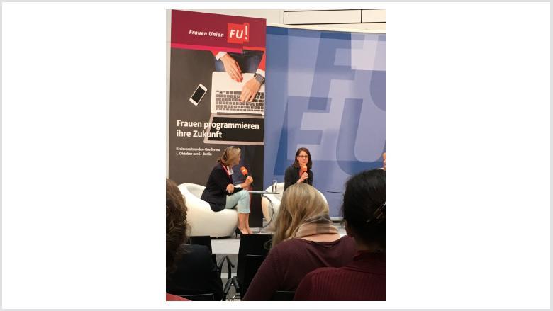 Dr. Patricia Peill im Gespräch mit Start Up Unternehmerin Janina Mütze und Teilnehmerinnen aus NRW
